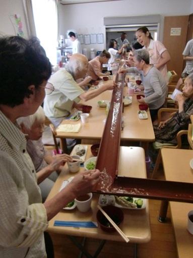 ケアセンター朱咲H25年08月流しそうめん写真.JPG
